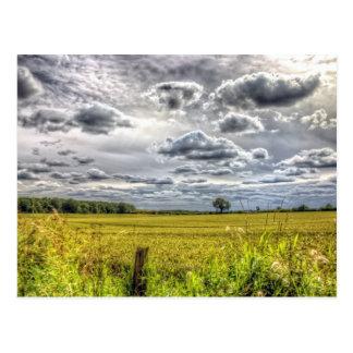 Nubes sobre campos de granja postales