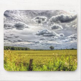 Nubes sobre campos de granja tapete de ratones