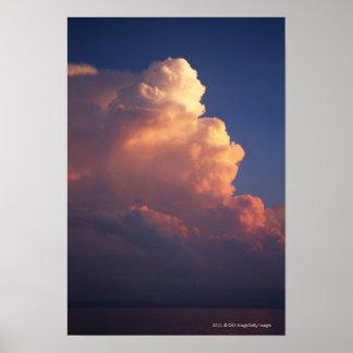 Nubes sobre el mar en la puesta del sol posters