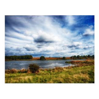 Nubes sobre el paisaje de HDR del lago Postal