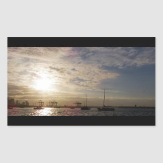 Nubes sobre el puerto deportivo pegatina rectangular