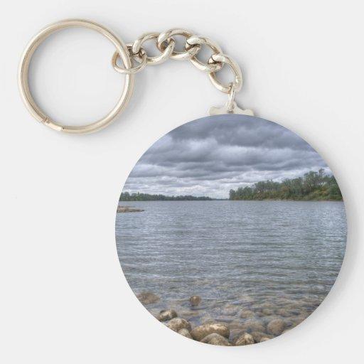 Nubes sobre el río americano llavero redondo tipo pin