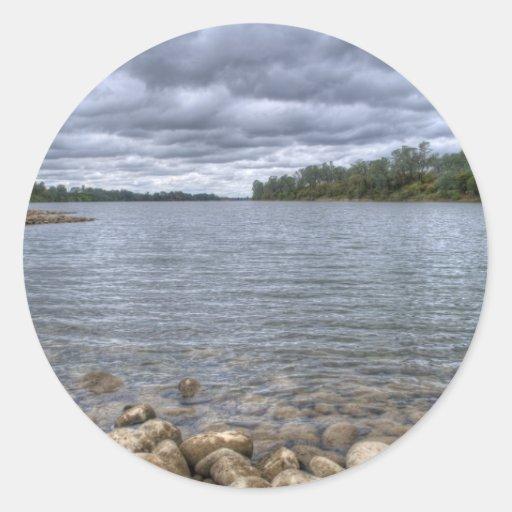 Nubes sobre el río americano pegatina redonda