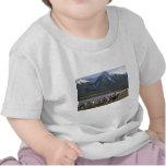 Nubes sobre la montaña camiseta