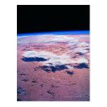 Nubes sobre la tierra tarjeta postal