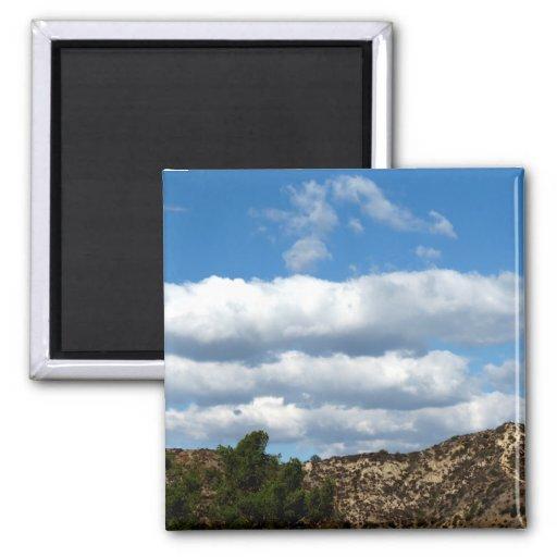 Nubes sobre las montañas iman de nevera