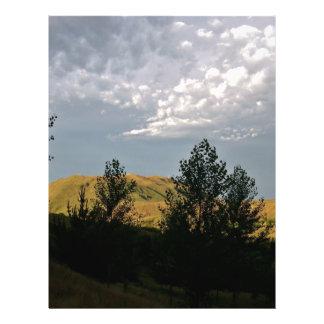 Nubes sobre las montañas por la tarde del verano flyer personalizado
