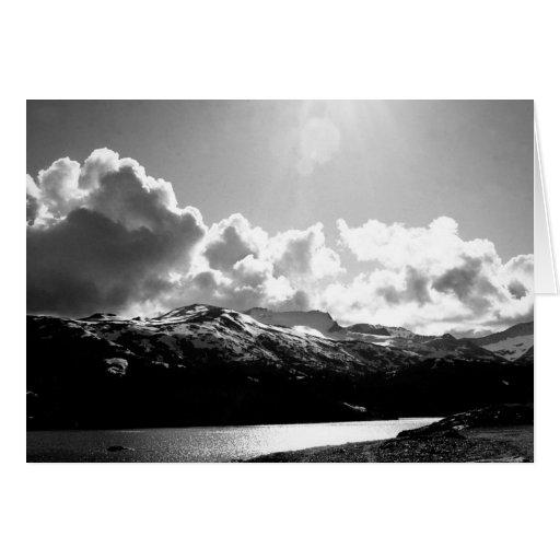 Nubes sobre las montañas tarjeta de felicitación