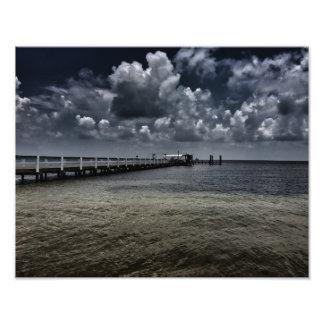 Nubes sobre un embarcadero de la pesca cojinete