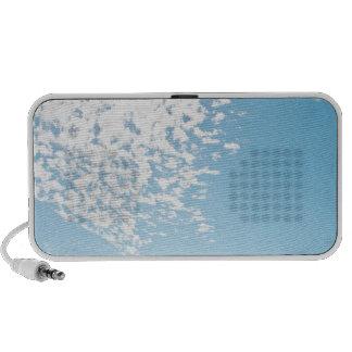 Nubes sobre un pasto laptop altavoz