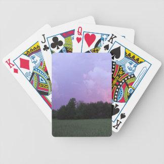 Nubes violetas barajas de cartas