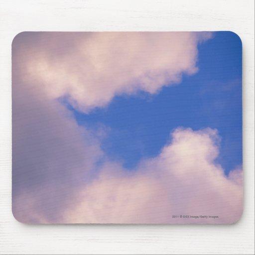 Nubes Wispy contra el cielo azul Tapete De Ratón