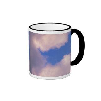 Nubes Wispy contra el cielo azul Taza A Dos Colores