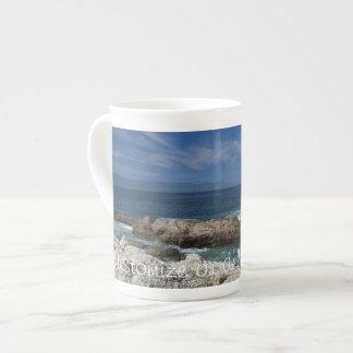 Nubes Wispy sobre las rocas; Personalizable Taza De Porcelana