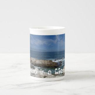 Nubes Wispy sobre las rocas; Recuerdo de México Taza De Porcelana