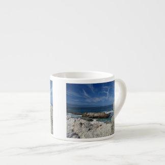 Nubes Wispy sobre las rocas Taza Espresso