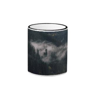 Nubes Wispy sobre una montaña verde Taza A Dos Colores