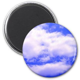 Nubes y cielo azul del claro imán redondo 5 cm