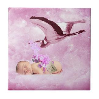 Nubes y cigüeña rosadas de la niña azulejo cuadrado pequeño