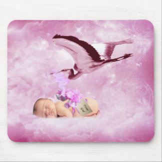 Nubes y cigüeña rosadas de la niña tapete de ratones