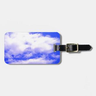 Nubes y etiquetas blancas del bolso del cielo azul etiquetas para maletas