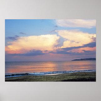 Nubes y océano rosados de color de malva cremosos póster
