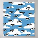 Nubes y pingüinos lindos del vuelo impresiones