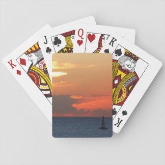 Nubes y velero de la puesta del sol barajas de cartas