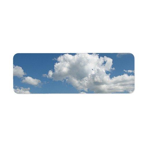 Nubes y verde etiquetas de remite
