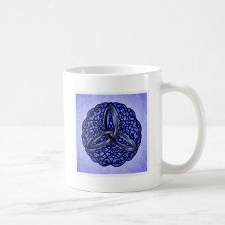 Nudo céltico azul marino y negro de la trinidad taza básica blanca