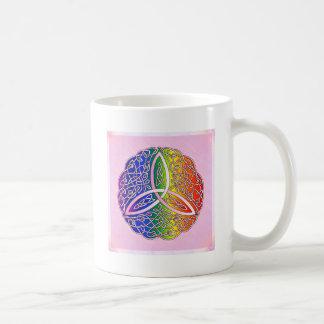 Nudo céltico de la trinidad del arte del arco iris taza básica blanca