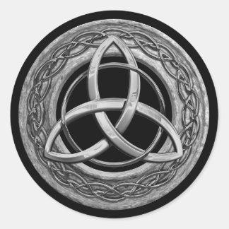 Nudo céltico de la trinidad del metal etiqueta redonda