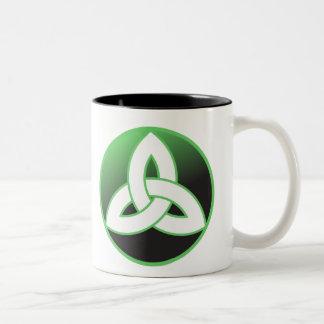 Nudo céltico de la trinidad para arriba taza de café de dos colores