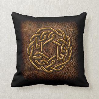Nudo céltico de oro en el cuero cojines