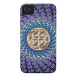 Nudo céltico de oro en un fractal espiral colorido iPhone 4 Case-Mate cárcasa