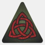 Nudo céltico de Triquet (rojo y negro en verde del Pegatina De Triangulo