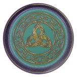 Nudo céltico del círculo y de la trinidad en latón platos de comidas