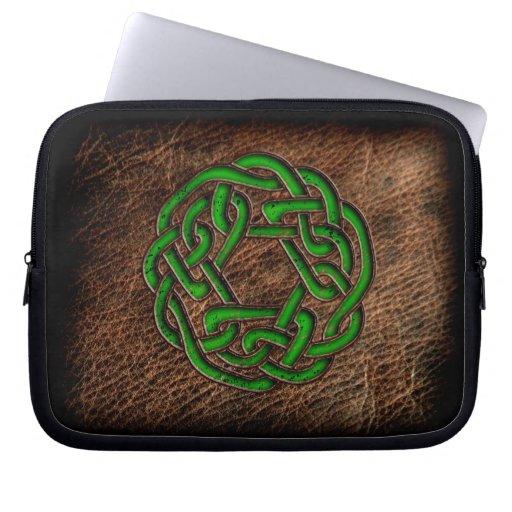 Nudo céltico del esmalte verde en el cuero auténti mangas portátiles