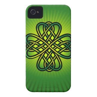 Nudo céltico en resplandor verde carcasa para iPhone 4 de Case-Mate