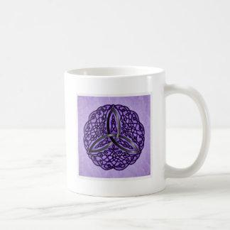 Nudo céltico púrpura y negro de la trinidad del taza básica blanca