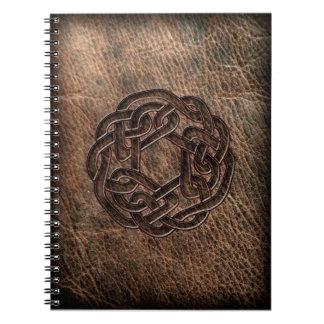 Nudo céltico redondo en el cuero libros de apuntes