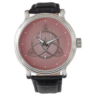 Nudo céltico rojo de la trinidad relojes de pulsera