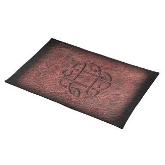Nudo céltico rojo grabado en relieve en el cuero mantel individual