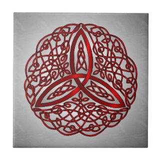 Nudo céltico rojo y negro de la trinidad del arte azulejo cuadrado pequeño