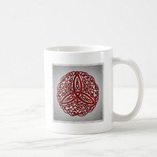 Nudo céltico rojo y negro de la trinidad del arte taza básica blanca