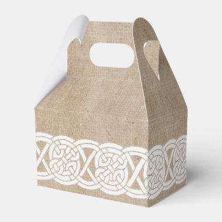 nudo céltico tradicional en la arpillera caja para regalos