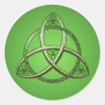 Nudo céltico verde de la trinidad pegatina redonda