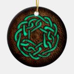 Nudo céltico verde místico en el cuero ornamentos de navidad