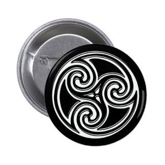 Nudo irlandés céltico botón negro y blanco de Tris Pin Redondo De 2 Pulgadas