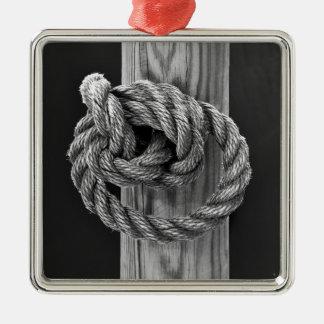 Nudo minimalista de la cuerda adorno navideño cuadrado de metal